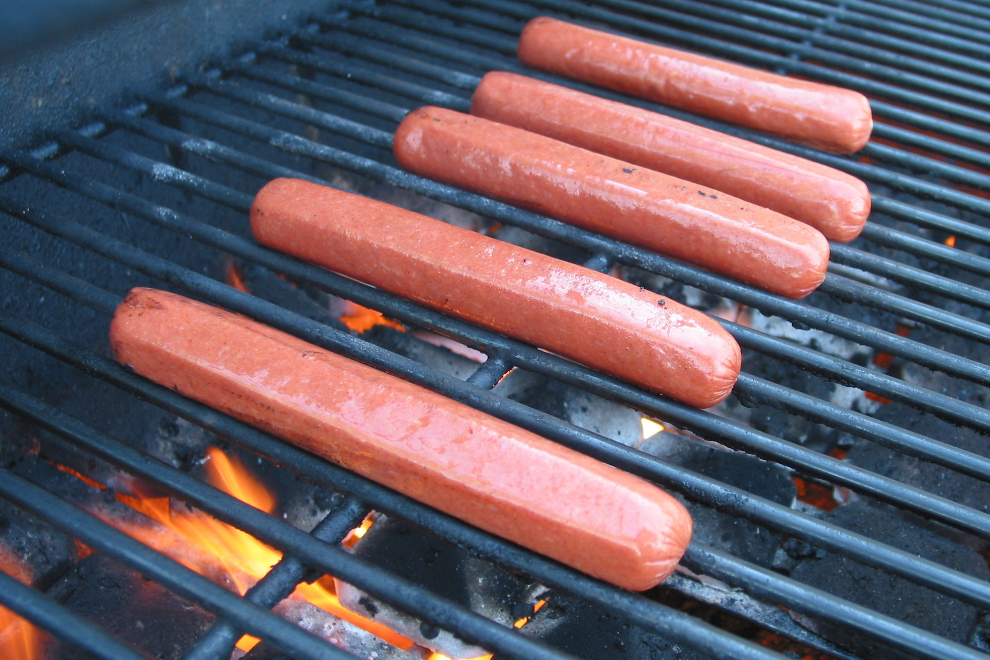 Saucisses a hot dog sur le grill